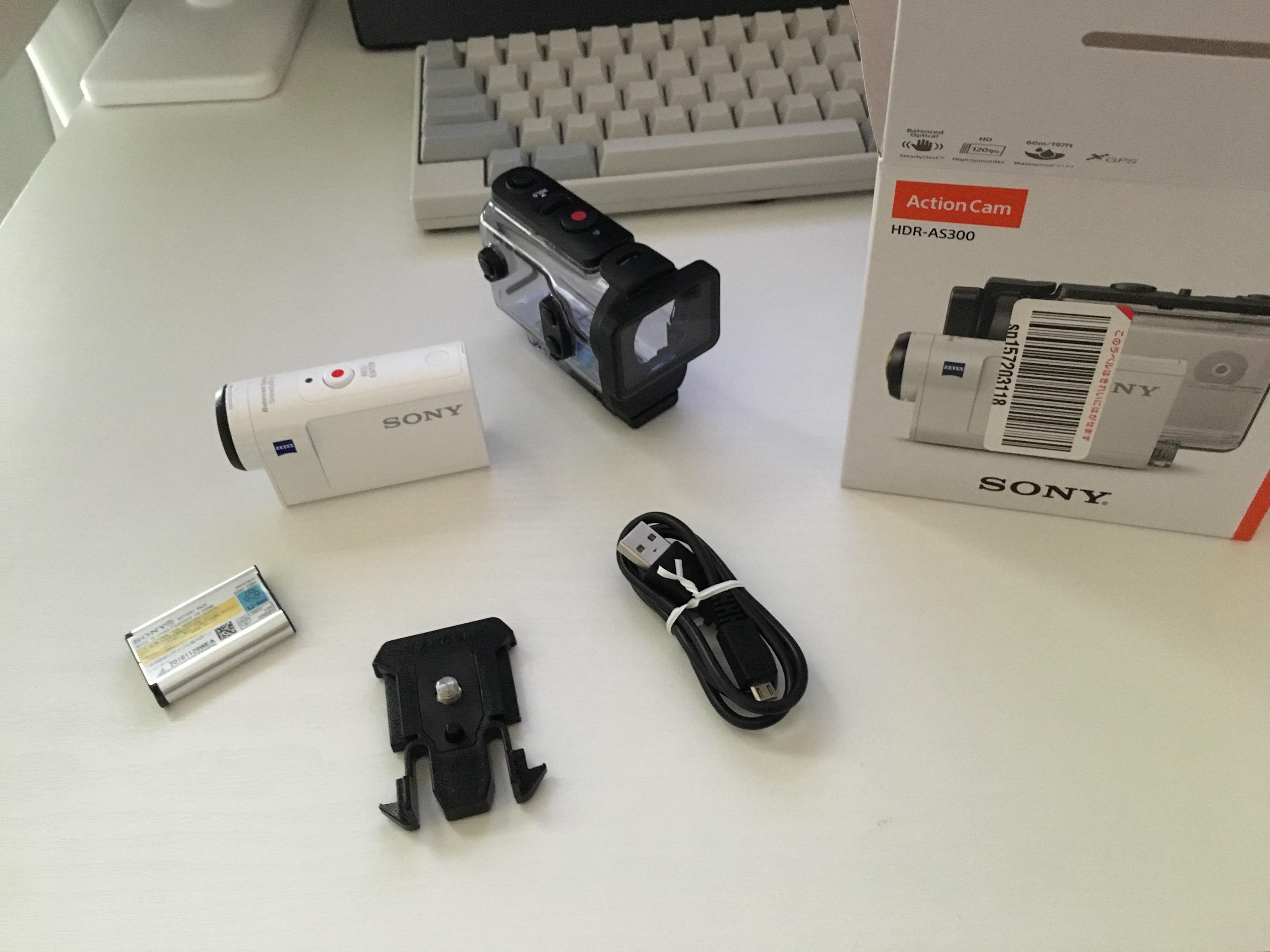 本体と、防水ハウジング、バッテリー、USB専用ケーブル、マウント類を取り付けるブラケット